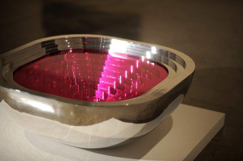 Table basse taillé dans la masse designé par Karim Rashid